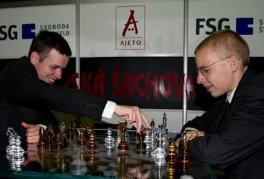 David Navara a Viktor Láznička zkoušejí hrací prostor s uměleckou šachovou soupravou